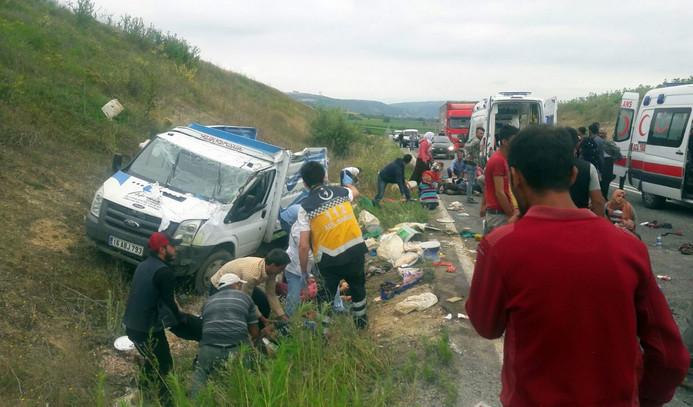 Tarım işçilerini taşıyan kamyonet devrildi: 1 ölü,20 yaralı
