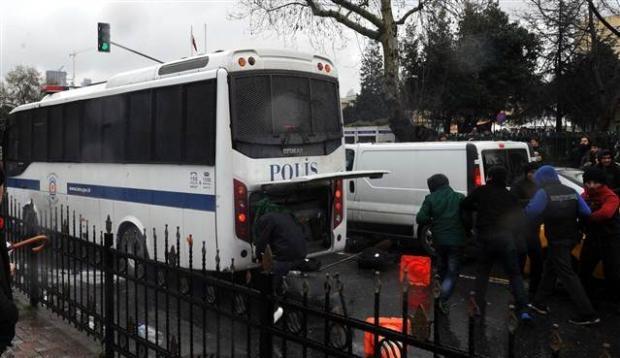 Polis Berkin için toplananlara müdahale etti