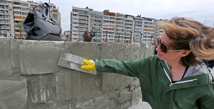 Kadına şiddete karşı duvar örüldü