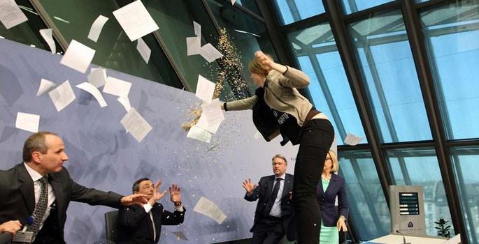 ECB Başkanı Draghi'ye şok protesto - Sayfa 1