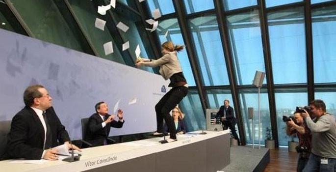 ECB Başkanı Draghi'ye şok protesto - Sayfa 2