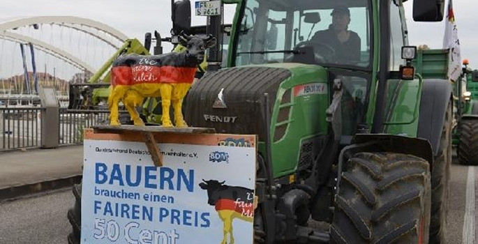 Süt üreticilerinden ilginç protesto