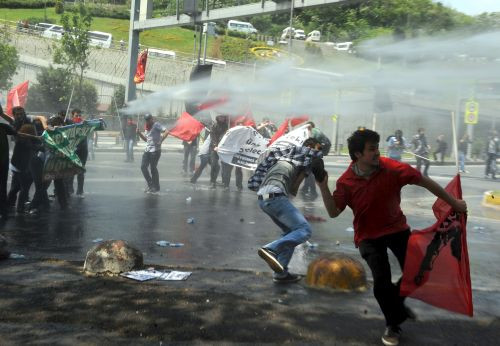 YÖK'ü protesto eden öğrencilere panzerli, gazlı  müdahale