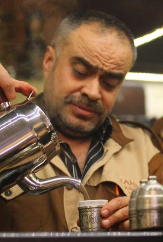 400 yıllık kahvede bu geleneği sürdürüyorlar