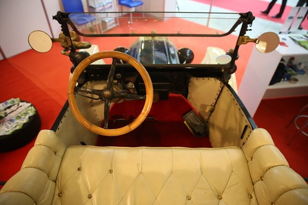 Otoshow Fuarı'nın gözdesi asırlık otomobil oldu