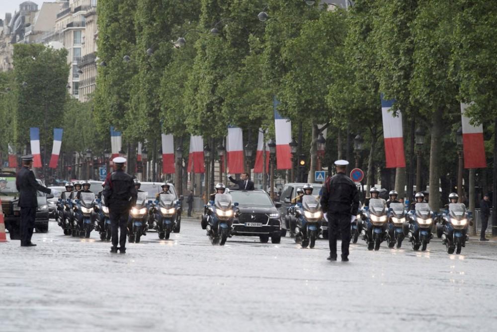 Macron ilk resmi töreni için geleneksel olarak DS ile yola çıktı