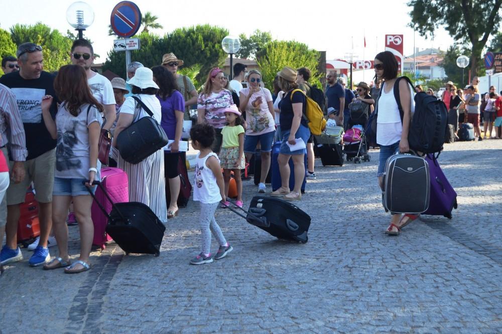 Yerli turist Yunanistan için kuyruk oluşturdu