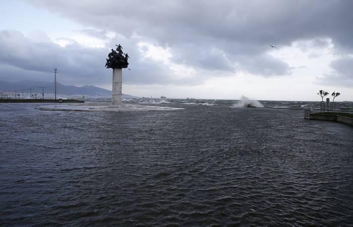 İzmir'de denizle kara birleşti