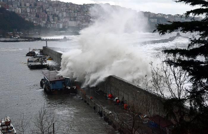 Zonguldak'ta dalgalar 10 metreyi aştı