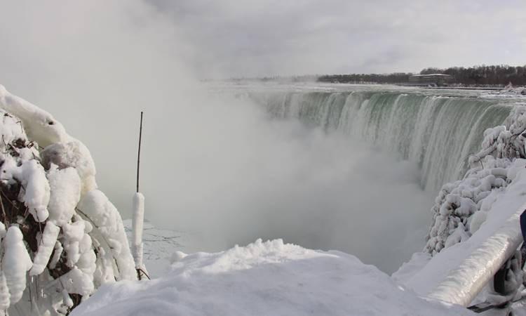 Niagara Şelaleleri buz akıyor
