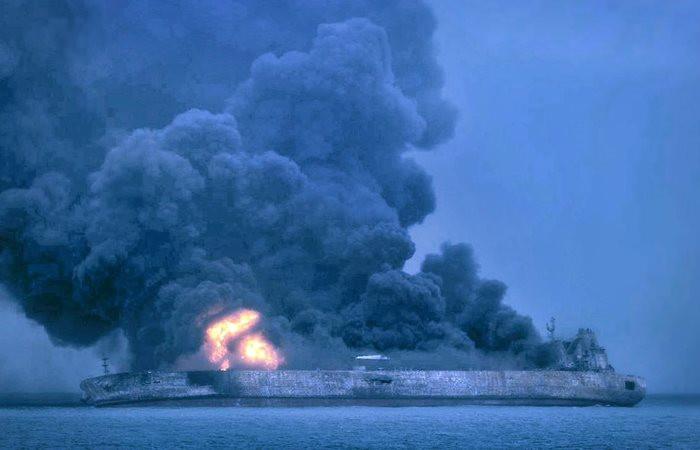 İran petrol gemisindeki yangın sürüyor
