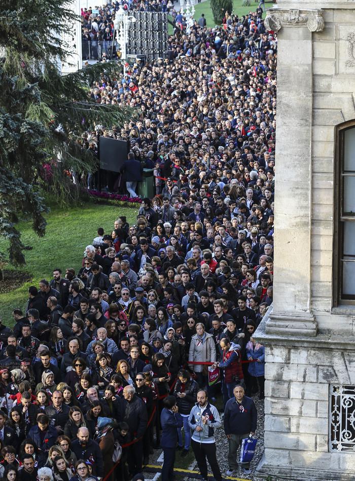 Dolmabahçe'de insan seli