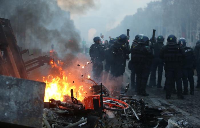 Paris'te zam protestoları sürüyor