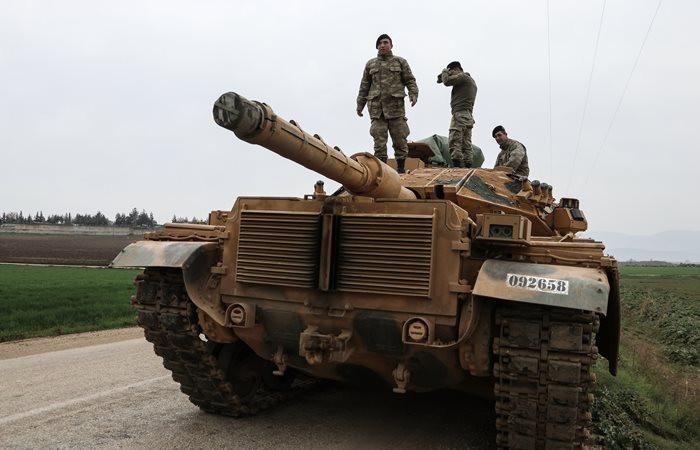 Afrin'e yoğun topçu atışları başladı