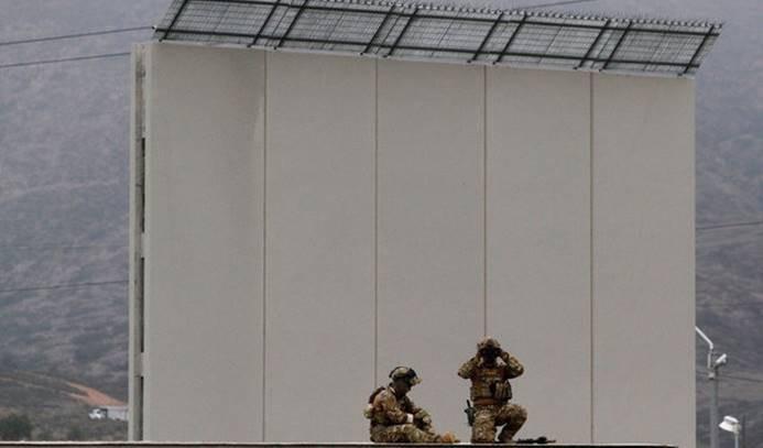 Trump, sınır duvarı prototiplerini inceledi