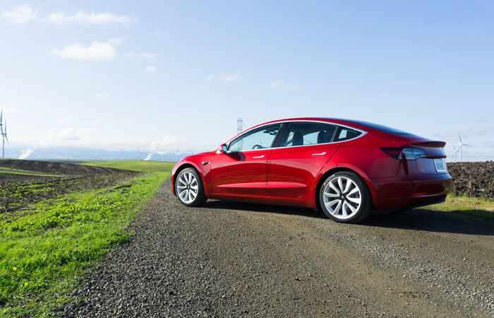 Tesla, Model 3 üretimine ara verdi