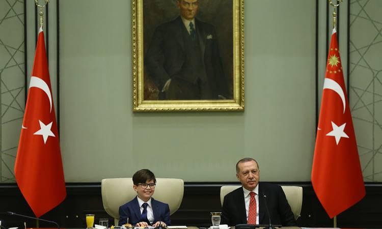 Erdoğan koltuğunu 12 yaşındaki Fatih'e devretti