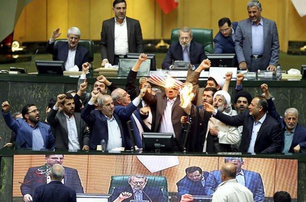İran meclisinde ABD bayrağı ateşe verildi
