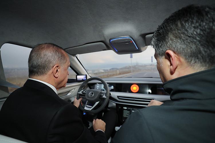 Cumhurbaşkanı Erdoğan, test sürüşü yaptı, ilk ön siparişi verdi