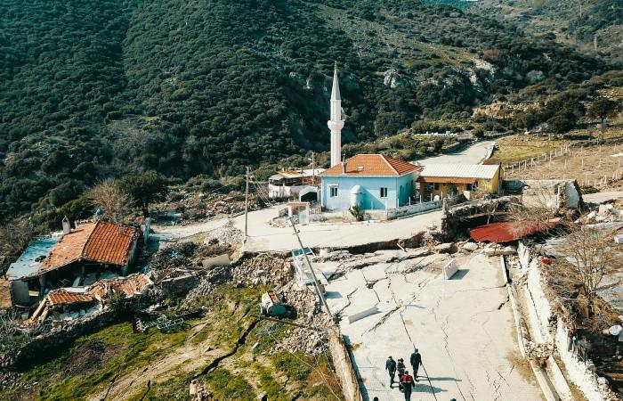 İzmir'de heyelan tehlikesi büyüyor: 27 ev boşaltıldı