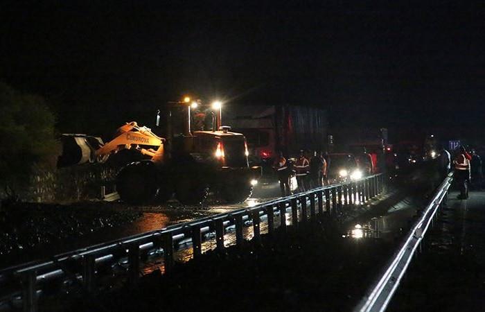 İzmir - Manisa Karayolu, meydana gelen heyelan nedeniyle ulaşıma kapandı. ile ilgili görsel sonucu
