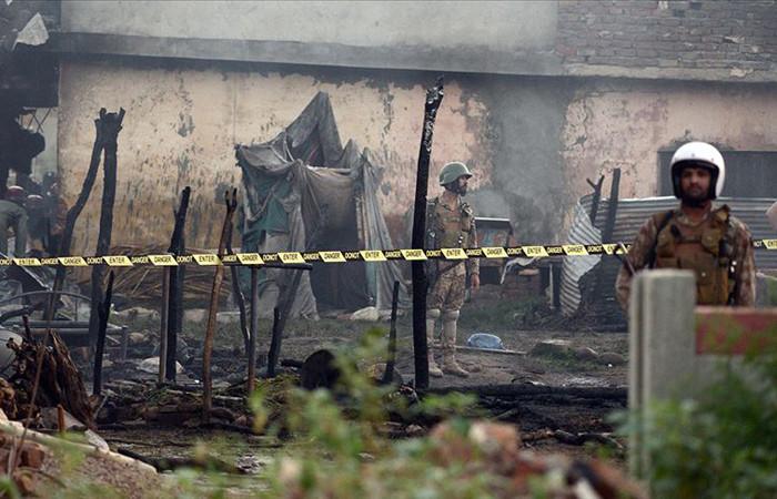 Pakistan'da askeri eğitim uçağı düştü: 17 ölü