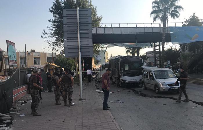 Adana'da çevik kuvvet aracına bombalı saldırı: 1'i polis, 5 yaralı