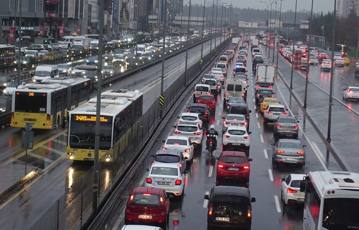 İstanbul'da fırtına ve yağış etkisini sürdürüyor