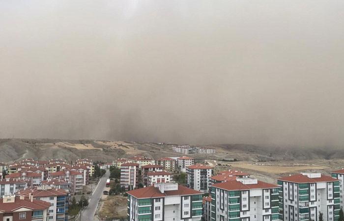 Ankara'da kum fırtınası yaşandı