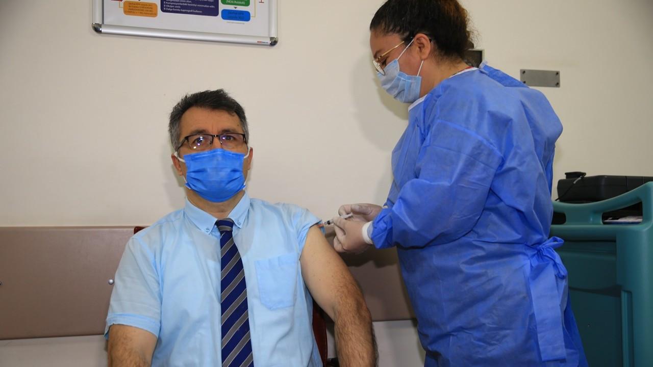 Türkiye'de sağlık çalışanlarına aşı yapılmaya başlandı