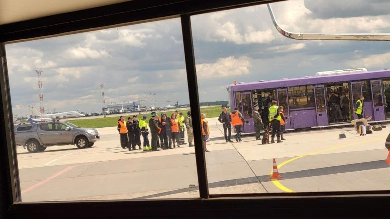 Belarus, muhalif gazeteciyi uçağını indirip gözaltına aldı
