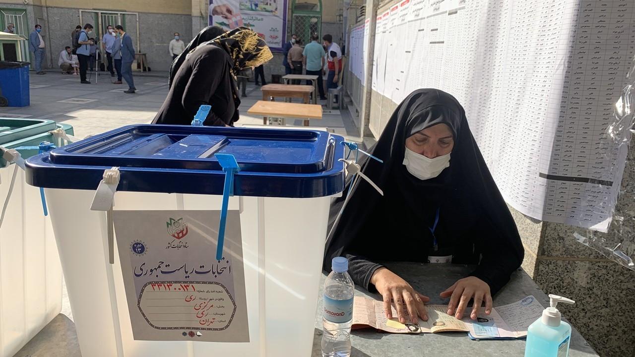 İran'da halk cumhurbaşkanını seçmek için sandık başında