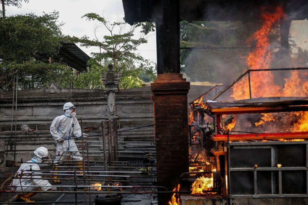 Endonezya'da krematoryumlar COVID-19'dan ölenlerin cenazeleriyle doldu - Sayfa 4