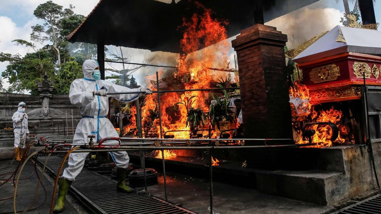 Endonezya'da krematoryumlar COVID-19'dan ölenlerin cenazeleriyle doldu