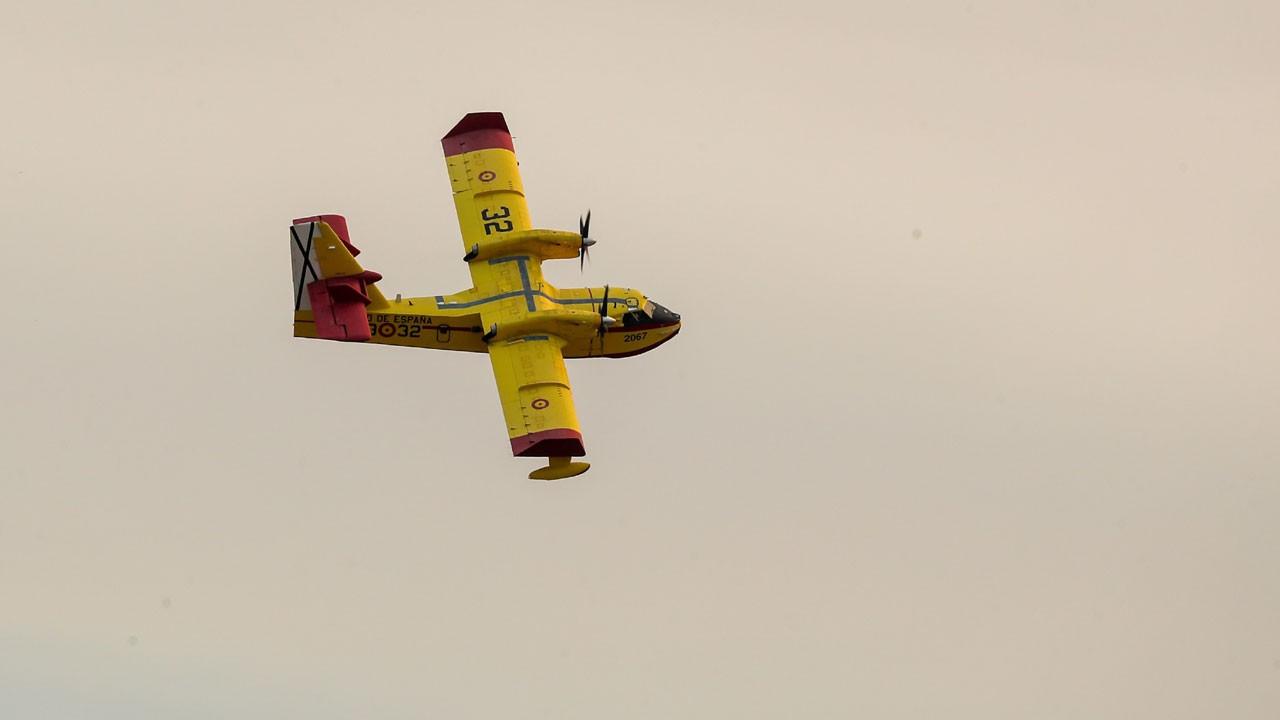 İspanya'dan gelen uçaklar yangına müdahale ediyor