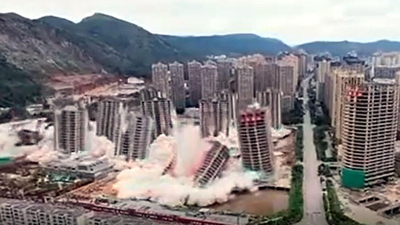 Çin'de 15 gökdelen art arda patlatılarak yıkıldı