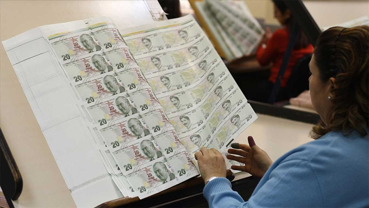 Banknottaki imzaları kurumadan görevden alındılar