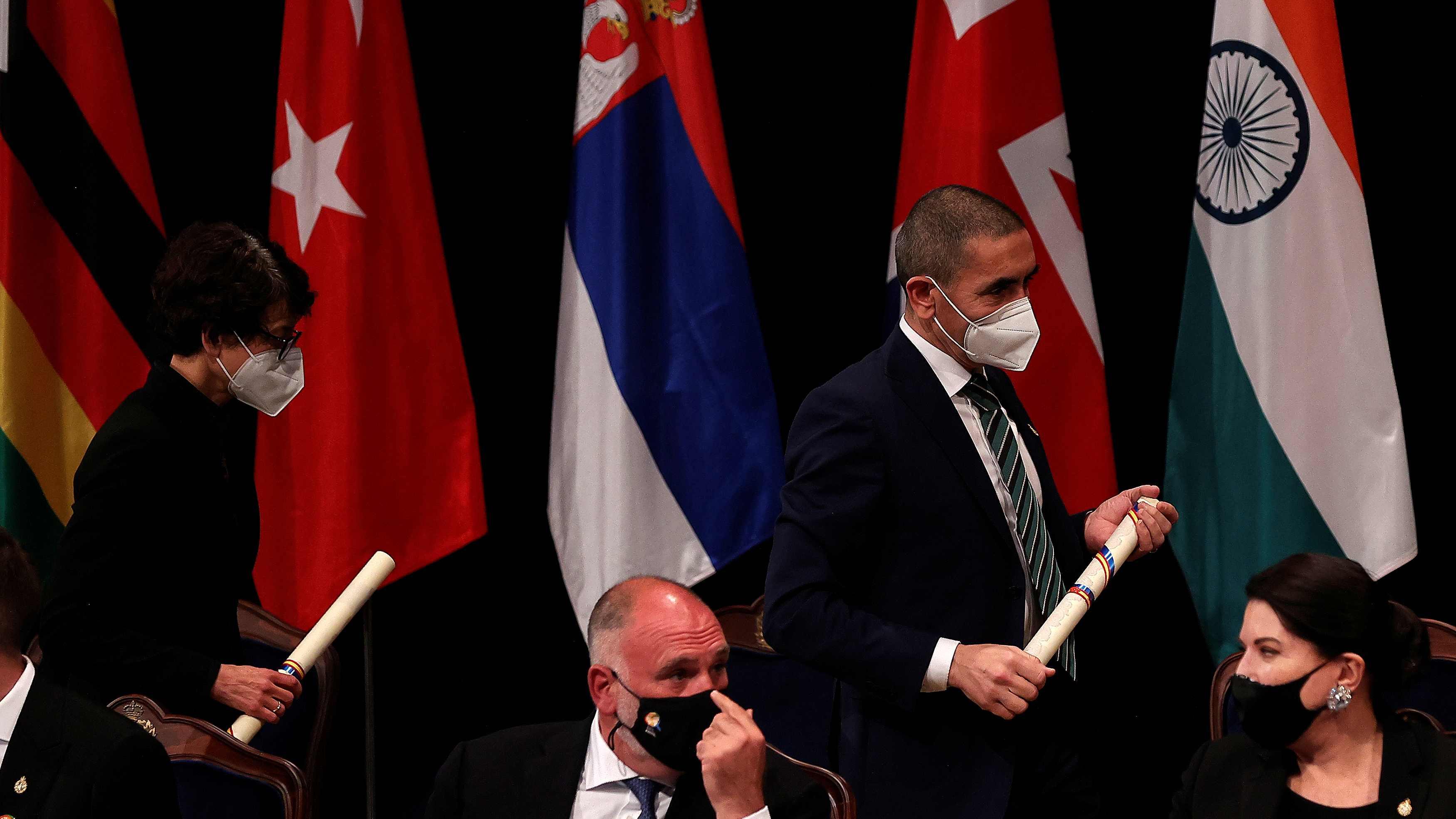 Şahin ve Türeci'nin ödül töreninde Türk bayrağı detayı