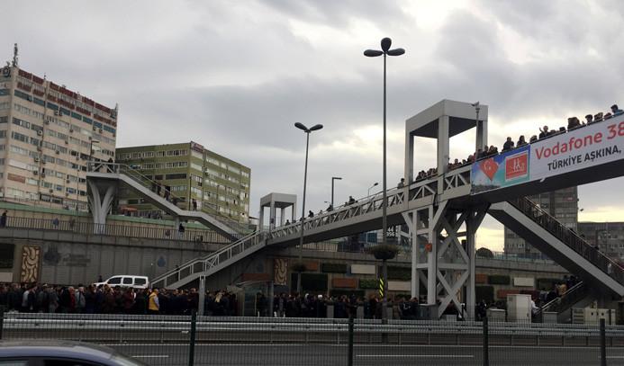 Metrobüs yoğunluğu üstgeçite taştı