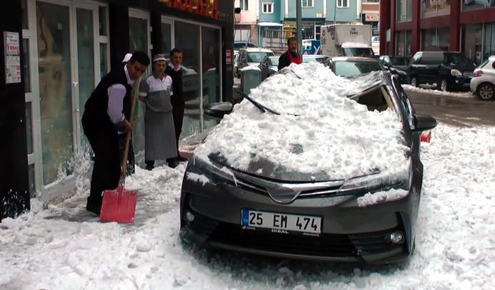 Kar kütlesi, aracı hurdaya çevirdi