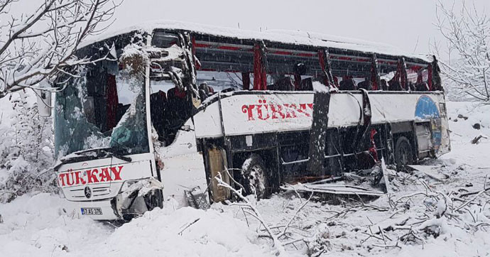 Otobüs uçuruma yuvarlandı: 5 ölü