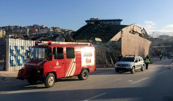 Beyoğlu'nda 3 katlı bina çöktü