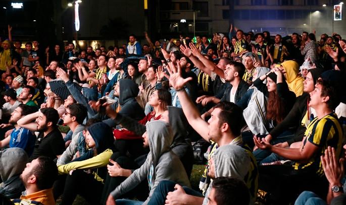 Taraftarlar maçı meydanlarda izledi