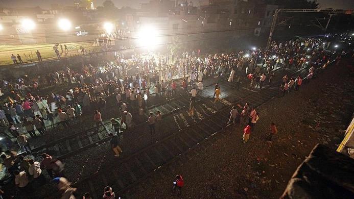 Hindistan'da kalabalığa tren çarptı: 58 ölü