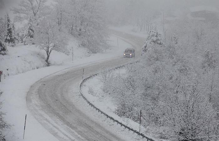Kar ve tipi 40 yolu ulaşıma kapattı