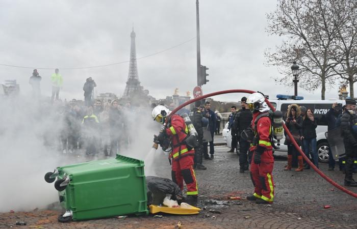 """""""Sarı yelekliler""""den sonra ambulans çalışanları sokakta"""