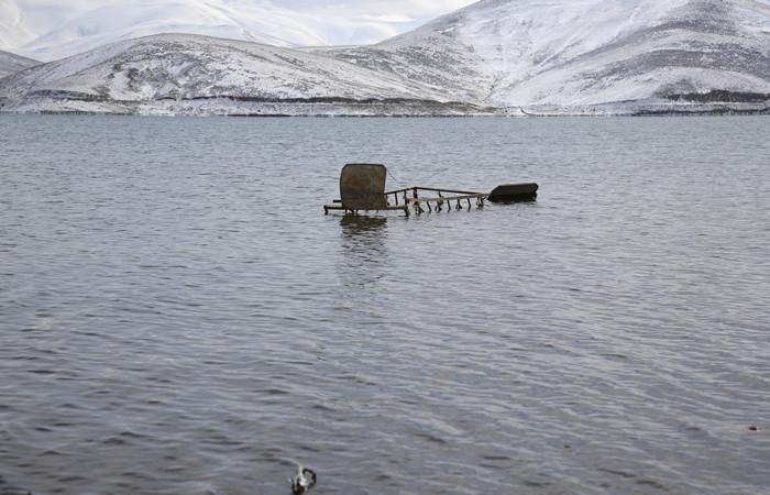 Su seviyesi düştü, mezarlar ortaya çıktı