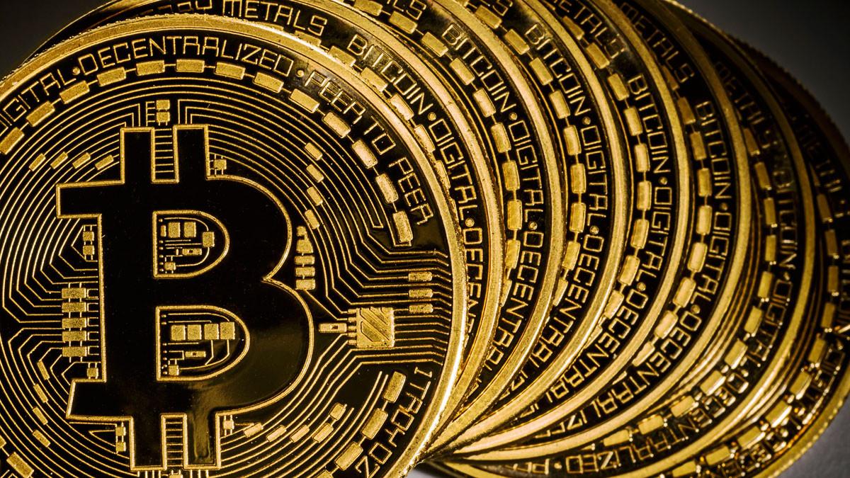 Bitcoin üç ayda yarı yarıya düştü