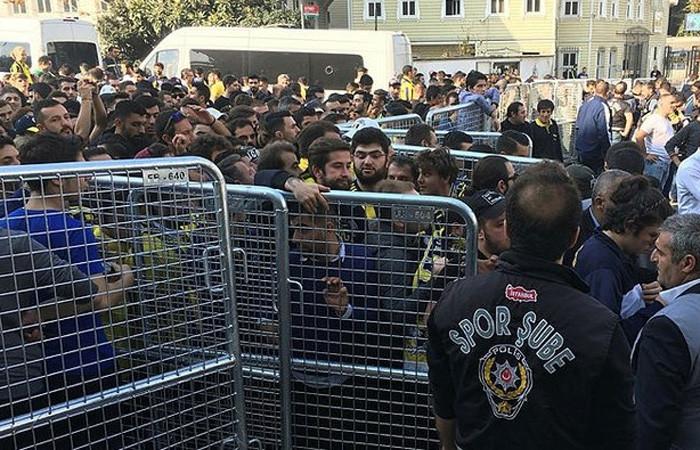Taraftarı darp eden polis açığa alındı