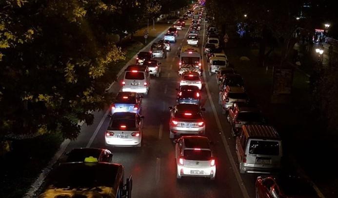 Dönüşler başladı, İstanbul yolu kilitlendi